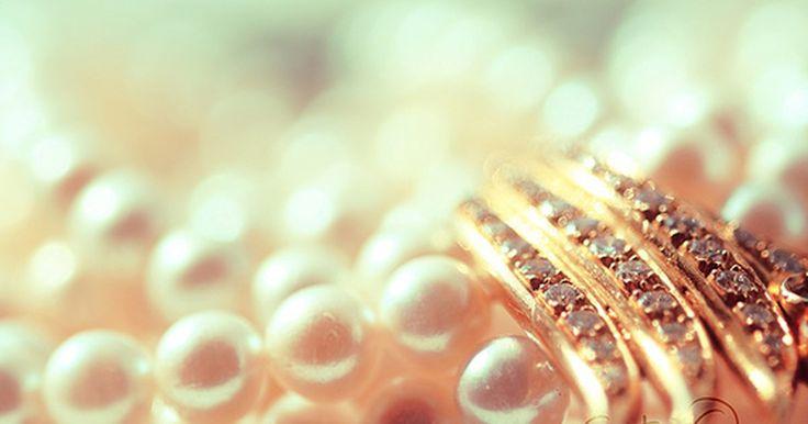 ¿Cuál es el significado de las perlas?. Como todas las piedras preciosas, las perlas tienen un significado simbólico especial. Han sido consideradas de buena suerte y de mala suerte para las novias, y han simbolizado la pureza, la castidad, la humildad y la inocencia. Algunos han asegurado que las perlas representan a Jesucristo.