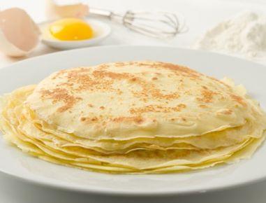 Für dasPalatschinken Grundrezept den Teig zubereiten. Dafür die Eier aufschlagen und gut verquirlen. Die Milch mit dem Mehl rasch glatt rühren,