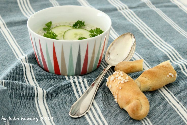 Kalte Gurkensuppe mit Salzstangerl Cold Cucumbersoup with homemade bread austrian style