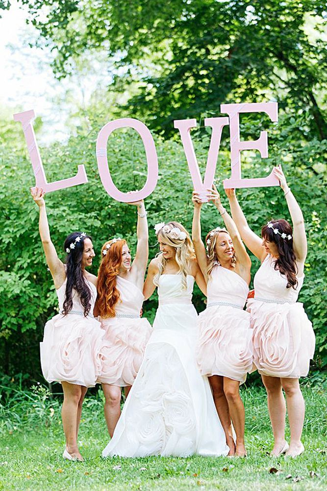 fun photos with bridesmaids holding love sign