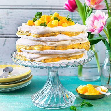 Med färdiga marängbottnar kommer man långt! Fyll dem med hemgjord passionscurd och vispad grädde till en läcker tårta i vitt och gult. Toppa med mango och mynta. Det här kan vara den godaste marängtårta du har smakat – perfekt att bjuda på till påsk!