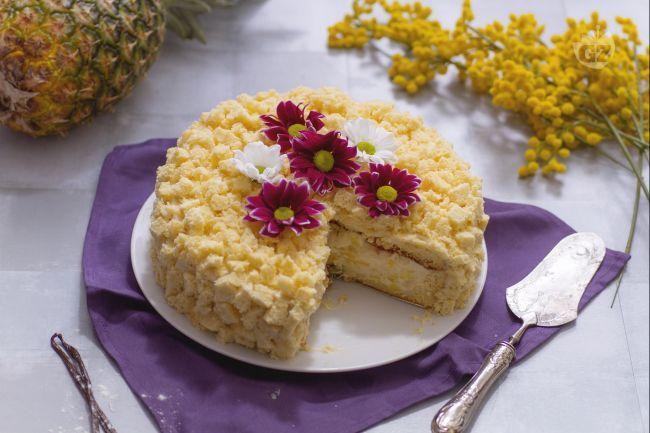 La torta mimosa all'ananas è una torta golosa di pan di Spagna con una crema golosa e pezzetti di ananas, che ricorda i delicati fiori della mimosa.