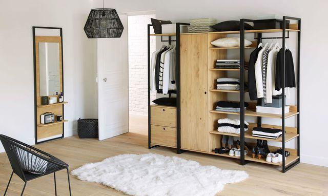 Un dressing bois et métal pour une chambre à coucher tendance.