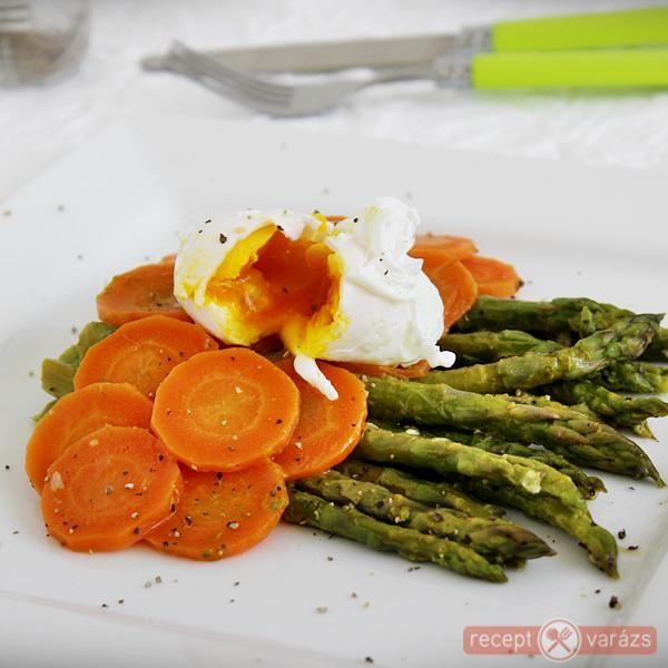 Spárga és sárgarépa fokhagymás vajban, buggyantott tojással