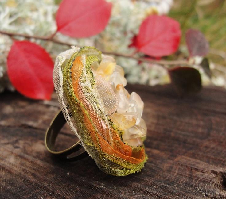 Karneolek Prstýnek s nastavitelnou velikostí z bižuterního kovu v barvě starobronz, květinová aplikace, karneolové zlomky, průměr 3 cm