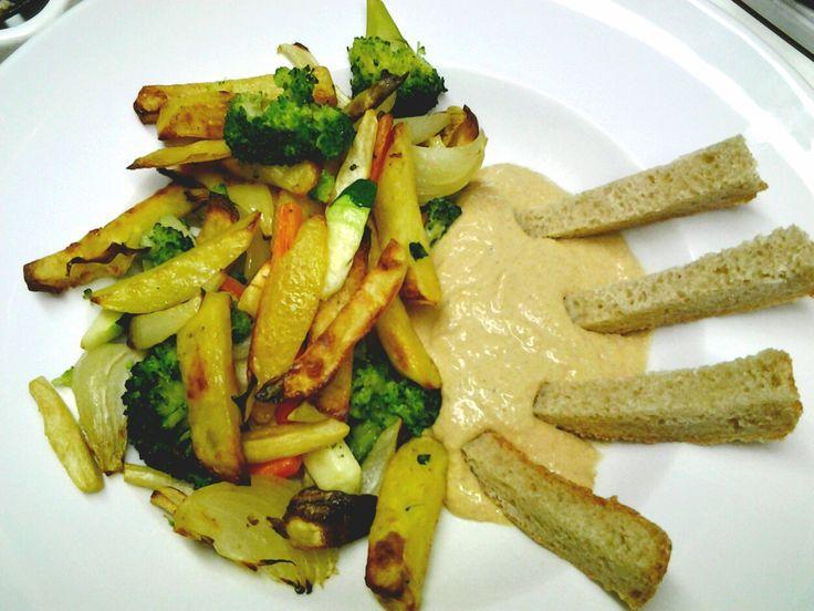 Backofengemüse mit Hummussoße
