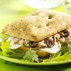 Focaccia met tonijn, mozzarella en kappertjes - recept - okoko recepten