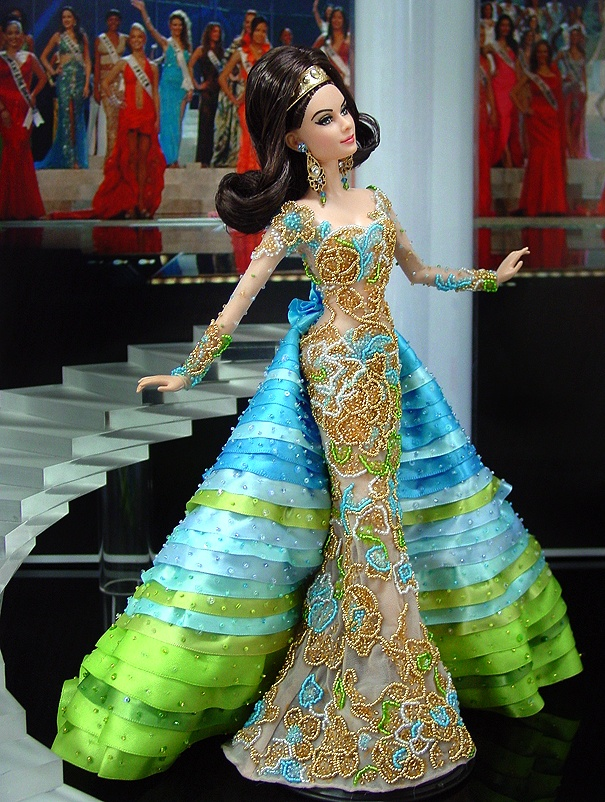 Miss Peru 2012 Is this a Fashion royalty doll? Miss Peru 2012 ninimomo wears a dark red dress.