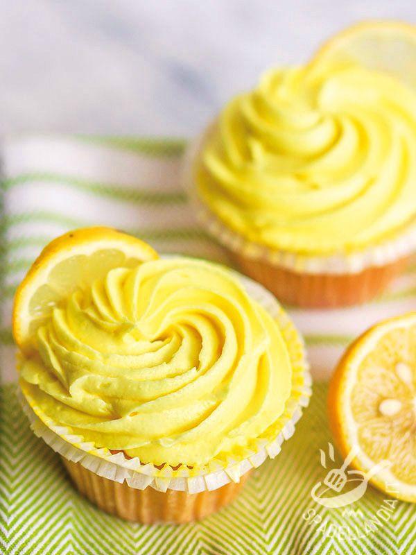 Cupcakes with lemon - I Cupcake al limone sono dei dolcetti fragranti ricoperti da una morbida crema di limone e formaggio: gustateli accompagnati da un buon bicchiere di succo