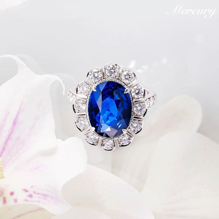 Кольцо #Garrard из белого золота с сапфиром и бриллиантами. Такое кольцо принц Чарльз заказал в 1981 году для своей невесты принцессы Дианы, а впоследствии принц Уильям подарил его своей будущей жене - Кейт Миддлтон. #MercuryMagazine