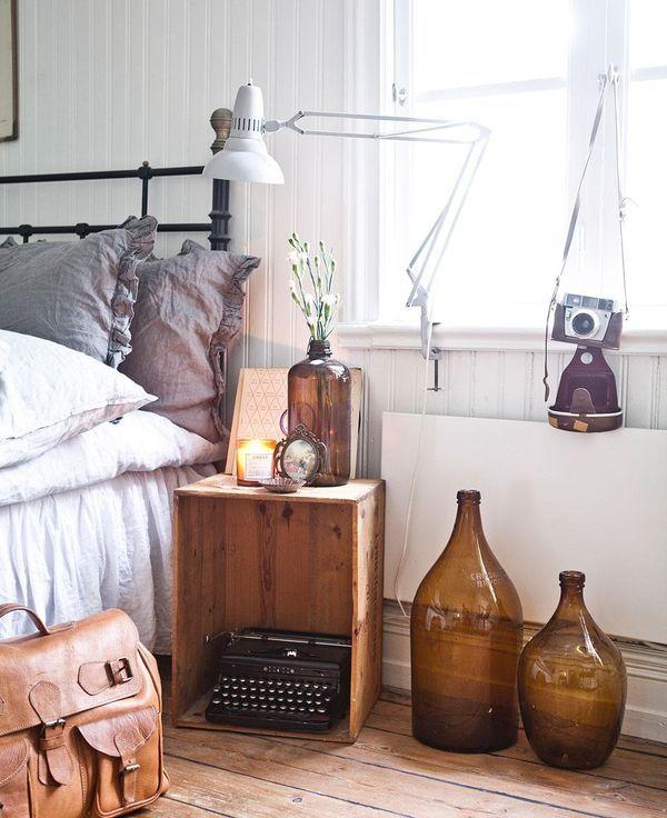 Leta efter äppellådor.  Denna klassiska trälåda har vi sett mycket av de senaste åren. Den rymmer tidningar, böcker, växter eller skruvas upp på väggen som skåp. Jag tycker om att skruva fast hjul och ha som skoförvaring i hallen, eller varför inte ställa vid sängen som bord?  