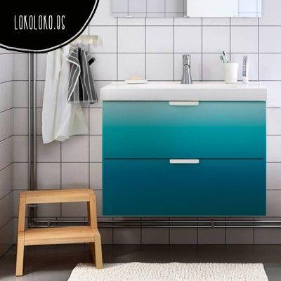 Redecora los muebles de tu baño con vinilo de color degradado en un azul intenso muy apropiado para este espacio