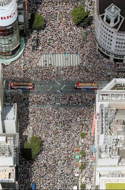 ロンドン五輪のメダリストを乗せ、東京・銀座4丁目の交差点を通過するバスと、沿道を埋め尽くした大勢のファンら(代表撮影)