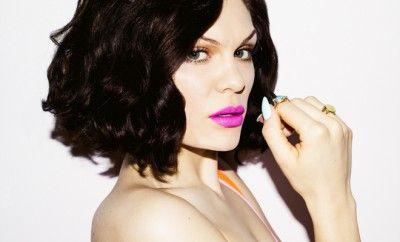 """Jessie J'den Türkiye'ye Türkçe """"Selam""""... Son dönemin en büyük pop yıldızlarından Jessie J, 3 Temmuz Cuma akşamı Küçükçiftlik Park'ta gerçekleştireceği konseri için gün sayan hayranlarına bir video üzerinden seslendi. Videoda hayranlarını Türkçe selamlayan yıldız, İstanbul'un favori şehirlerinden biri olduğunu ve gelmek için sabırsızlandığını söyledi. Video, Pozitif Live'ın Facebook hesabında yayınlandığı andan itibaren binlerce kişi tarafından izlendi ve beğeni aldı."""