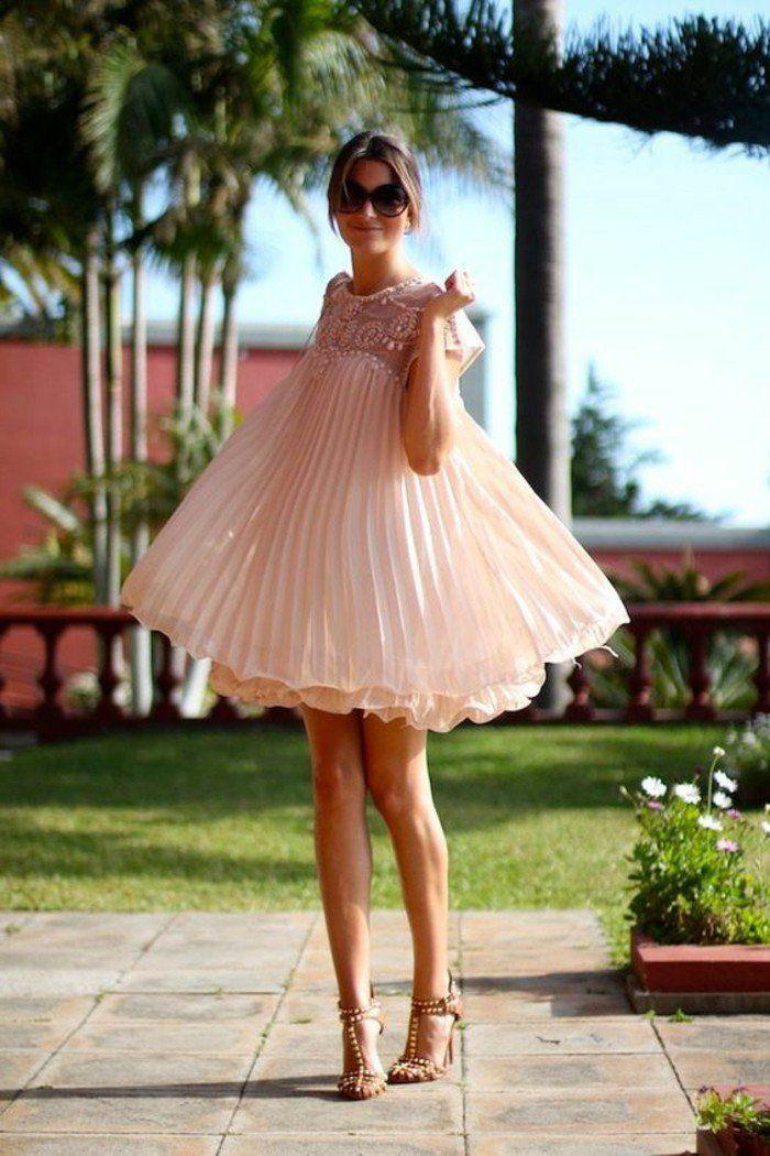 robe plissée couleur rose pâle, talons hauts sandales
