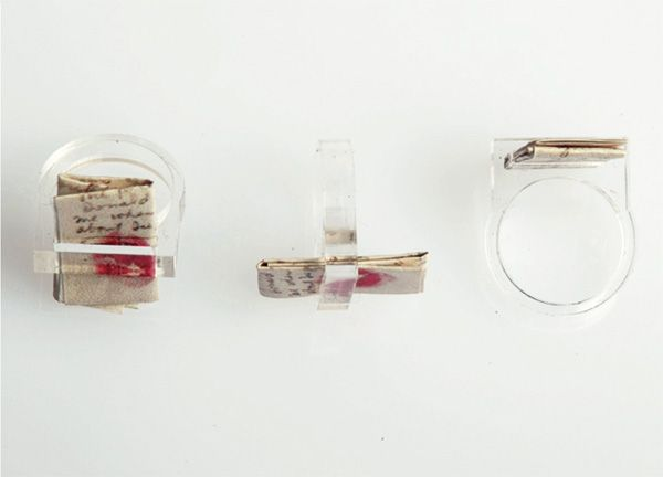 """Anello """"Palabras"""" realizzato in Acrilico trasparente tagliato a laser con Lettera d'amore di Frida Khalo a Diego Rivera stampata su Tyvek idroresistente e antistrappo.Disponibile in spessore 5 mm e nelle taglie 14-15-16-17-18"""