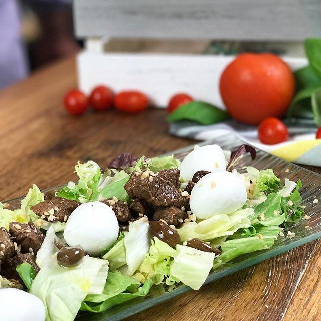 Filetto di carne con insalata, mozzarella e nocciole 😍 un piatto estivo, perfetto per una cena veloce! Guardate le nostre stories per vedere la ricetta! #filettodicarne #chefincamicia #yummy #igersfood #instafood #carne #dinner #yummy