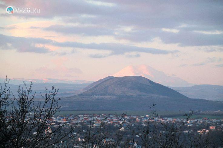 Среди величественных Кавказских гор со снежными шапками вершин, недалеко от столицы Кабардино-Балкарии возвышается высочайшая вершина гора #Эльбрус. Высота этой горы с ее двуглавыми вершинами достигает 5642 м над уровнем моря. Это высочайшая вершина не только на территории России, но и всей Европы. В ясную погоду заснеженные вершины Эльбруса можно видеть на расстоянии в сотни километров, если взобраться на одну из гор Северного Кавказа.  #Stavropol #v_26ru #Kislovodsk Ставропольскийкрай…