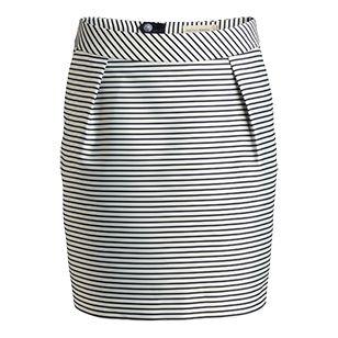 Denna randiga kjol med vacker lyster har en klassisk, stilsäker look. Den tjocka, vävda kvaliteten gör att kjolen funkar lika bra till jobbet som en middagsbjudning med vännerna.    - Sydda veck från midja fram  - Fickor fram  - Dold dragkedja baktill  - Vävd, kraftig kvalitet med lyster  - Tunt foder  - Längd 43 cm i stl 38  Maskintvätt 40° skontvätt Material: 84% Polyester,16% Polyamid Artikelnummer: 7059788