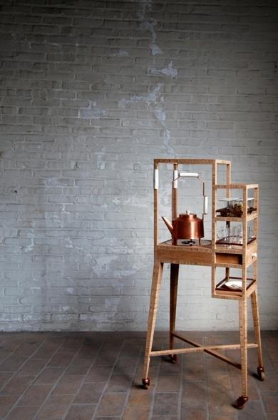 In plaats van een snelle slok uit een gewone beker, moet het drinken van thee opnieuw uitgegroeien tot een ontspannend ritueel, aldus Femke Roefs. In de grote thee-drink culturen van Japan en het Midden-Oosten, doet de drank meer dan alleen het lessen van de dorst, het vervult ook een belangrijke maatschappelijke rol. Met dit in gedachten, heeft Roefs een mobiele thee trolley gemaakt uit bamboe, compleet met een handgemaakte koperen ketel en bijbehorende warmtebron, plus ruimte voor kopjes…