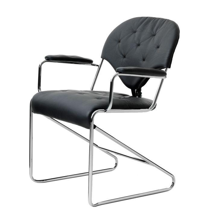 Sam karmstol Classic fra Dux, designet av Sam Larsson. Stolen i svart lær med armelene er en glemt k...