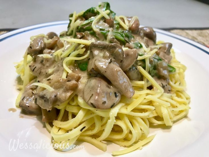 Lekkere vegetarische pasta speciaal voor de herfst met paddenstoelen, kastanjechampignons, walnoot, crème fraîche en rucola. Eenvoudig en lekker!