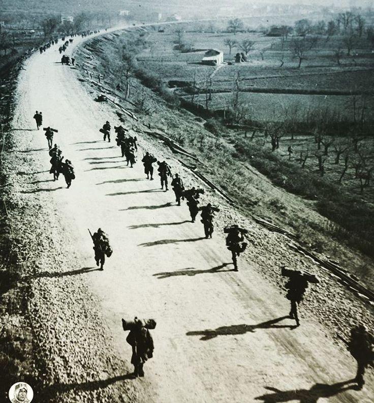 Soldati americani marciano al passo con le loro ombre verso Cassino a nord di Mignano. La battaglia di Cassino ha richiesto l' impiego di molte risorse umane dell'esercito americano. Italia 1943, pin by Paolo Marzioli
