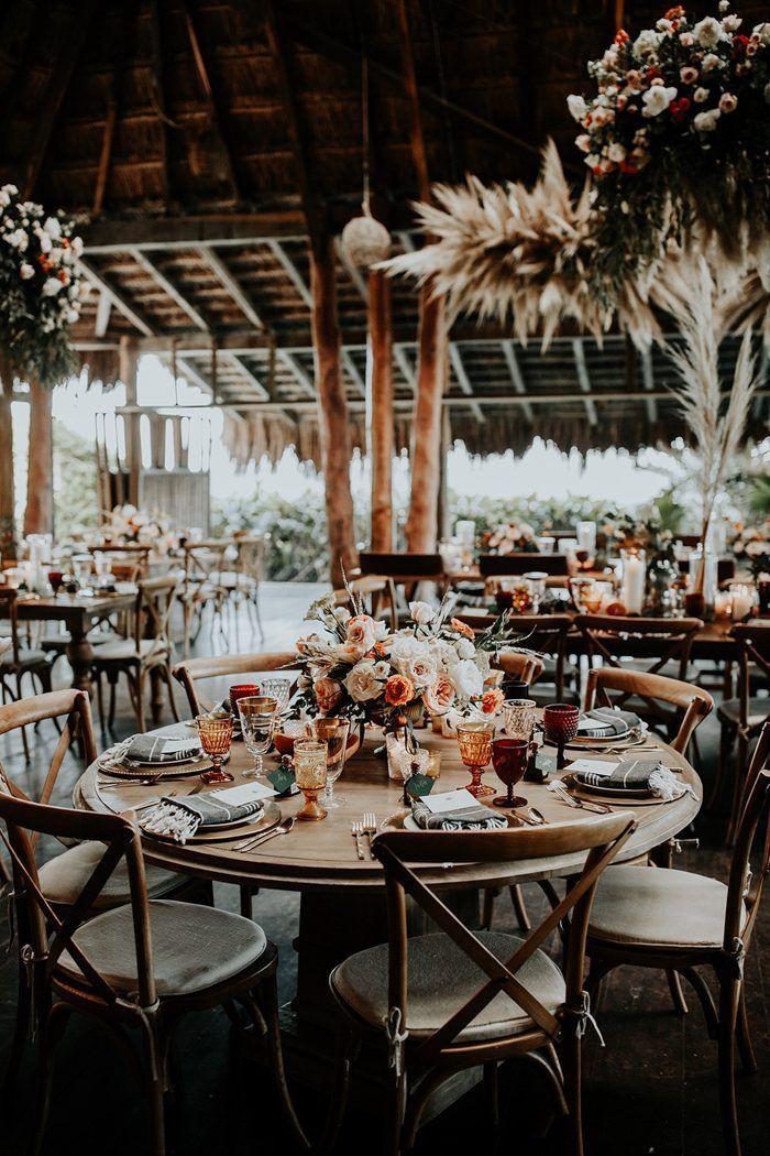 Holztische, farbiges Glas und Quasten sorgen für die perfekte Strandstimmung …   – Bohemian wedding inspiration