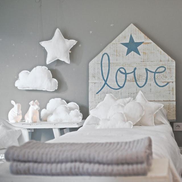 t te de lit love bleu blanc en bois et coussin nuage toile home pinterest kid good. Black Bedroom Furniture Sets. Home Design Ideas