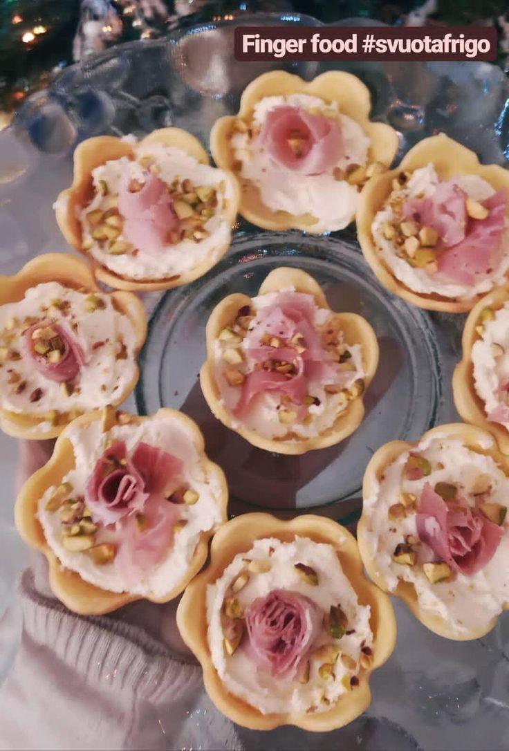 Fiorellini di pasta brisee ripieni con robiola, prosciutto cotto e pistacchi, sono semplici finger food da realizzare. Perfetti per un aperitivo prima di cena oppure da offrire ad un party!