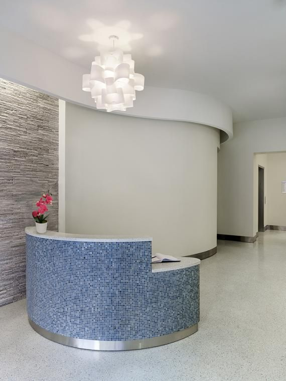 An inviting street level welcome desk invites both scheduled and walk‐in patients, provides wheelchair alcove and a seating bench.