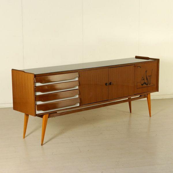 Buffet vintage di design anni 50; legno impiallacciato mogano inserti in formica, vetro retro trattato.