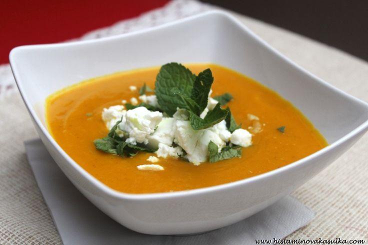 Dýňovo-batátová polévka s kozím sýrem a mátou