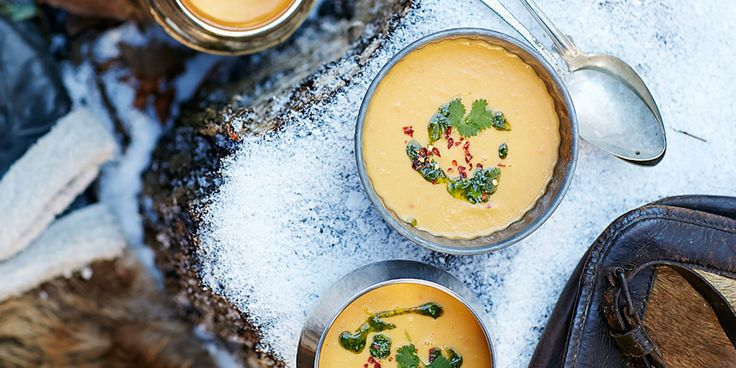 Recept på en krämig och mättande asiatisk soppa med sötpotatis som värmer gott. Ringla koriandersalsa på toppen.