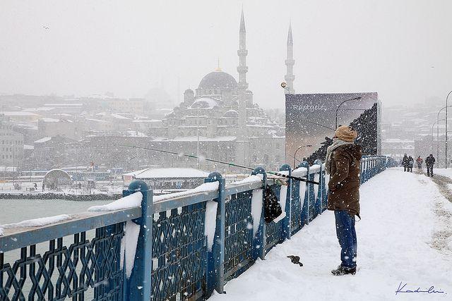 Galata Bridge under the snow! Still fishermen are there. Η Γέφυρα του Γαλατά χιονισμένη #Galata #Bridge #istanbul #snow #Γαλατάς #Γέφυρα #χιόνι