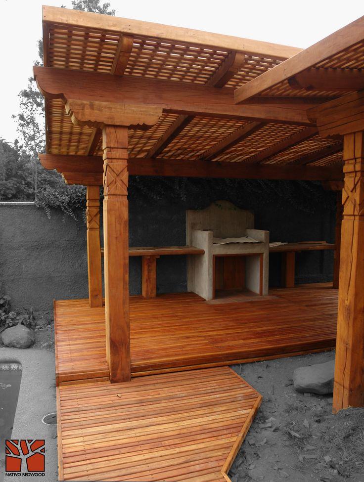 Nativo Redwood. Terraza en casa en condominio Quilin, estructura Deck para borde de piscina y quincho con tablas de maderas nativas de roble rústico de 25 mm x 3`` ancho x ML. Muro treillage cruzado sobre medianero.  www.nativoredwood.com contacto@nativoredwood.com