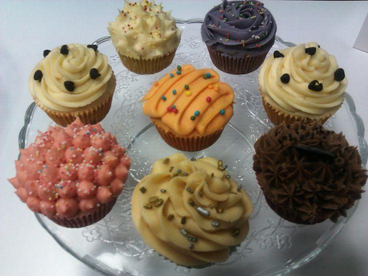 O puede ocurrir que seas más de nuestros cupcakes de sabores diferentes, en este caso, los tenemos de chocolate, fresa, violeta, dulce de leche, miel, naranja y vainilla con trocitos de chocolate.