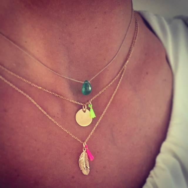 Composition de colliers en plaqué or - l'Atelier d'Amaya #bijoux #medaille #émeraude #pompon