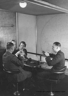 El dirigible alemán Hindenburg fue diseñado para volar con helio, más pesado que el hidrógeno pero no inflamable. Sin embargo, en 1927 Estados Unidos prohibió la exportación de helio, lo que limitó de forma muy severa la oferta. Ante la imposibilidad de otra opción, los ingenieros decidieron arriesgarse y emplear hidrógeno, pese a su naturaleza extremadamente inflamable.     Pese a los 200.000 m3 de hidrógeno, el Hindenburg tenía una sala de fumadores.