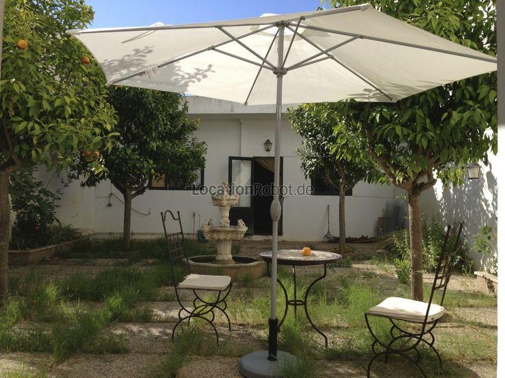 Orangenbäume wachsen im Patio des Loftstudios. Das 100 qm große Loft befindet sich auf Mallorca, in der idyllischen Hafen- und Fischerstadt Portocolom und steht für Film- und Fotoproduktionen zur ... https://www.locationrobot.de/filmlocation-baleares-loftstudio-lr1997-li503