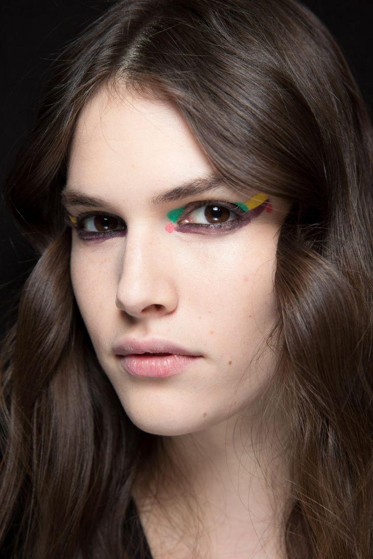 Die Make-up-Trends im Herbst 2016 Auch bunte Kajalstifte und Eyeliner können im Herbst gut getragen werden. Wer die Augen auffällig schminkt, sollte das restliche Make-up eher dezent wählen.