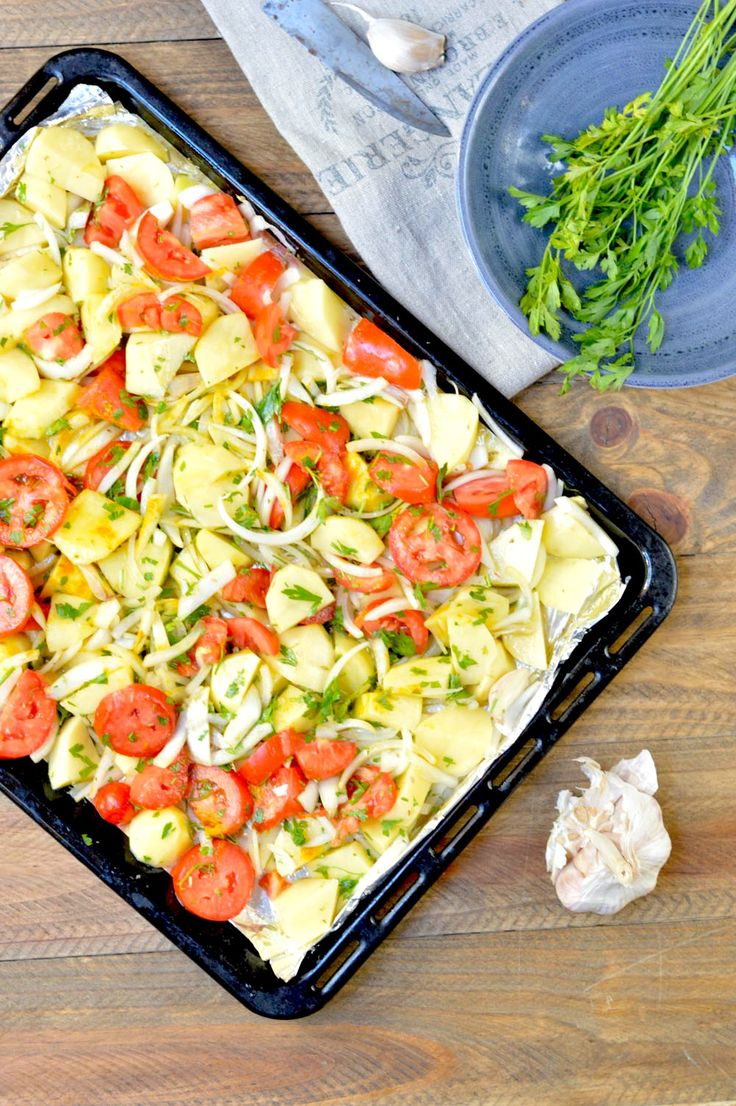 Guarnición de patata, cebolla y tomate para asar carnes