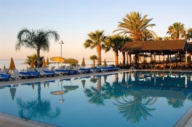 Kellemes környezetben épült, 2008-ban felújított, mediterrán stílusú szálloda, Larnaca üdülőövezetében, közvetlenül a tengerparton található.