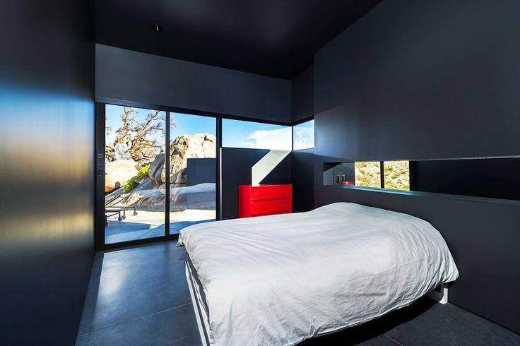 Conçue par le célèbre directeur créatif Marc Atlan en collaboration avec le studio d'architecture Oller & Pejic, la résidence Black Desert House est située au sud-est de la Californie, au coeur du magnifique Parc National Joshua Tree.  Au départ, il semblait impossible d'intégrer une résidence de cette envergure au paysage si emblématique qu'est le désert. Pourtant, les architectes de Oller & Pejic ont relevé le challenge, avec brio qui plus est.