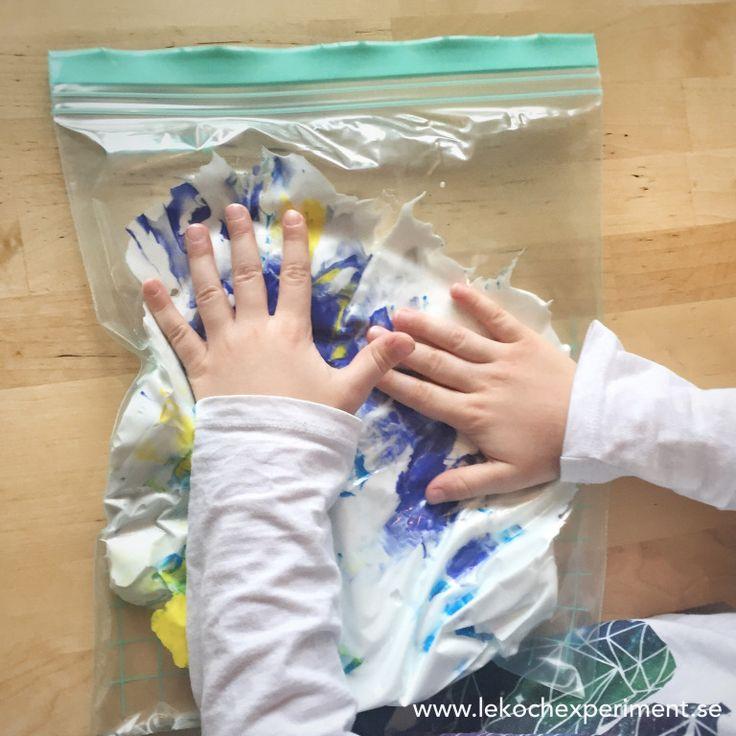 Ett kul sätt för mindre barn att få vara med och kladda med färg – utan att det blir kladdigt – är genom att använda så kallade Upptäckarpåsar. I dessa påsar har vi stoppat raklödd…