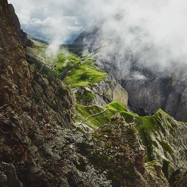 Photo by talented photographer Max Motel. @maxmotel #landscape #view #fog #mountains #clouds #nature #naturelovers #landscape_lovers #green #rocks #grass #horizon #epic #travel #photography #landscapephotography #naturephotography #photomafia #valleys #hills #illgrammers #agameoftones #visualsoflife #photooftheday #picoftheday #landscapeoftheday #severinwendeler #maxmotel