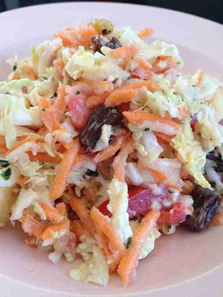 Salade de chou chinois, carottes, pomme et raisin
