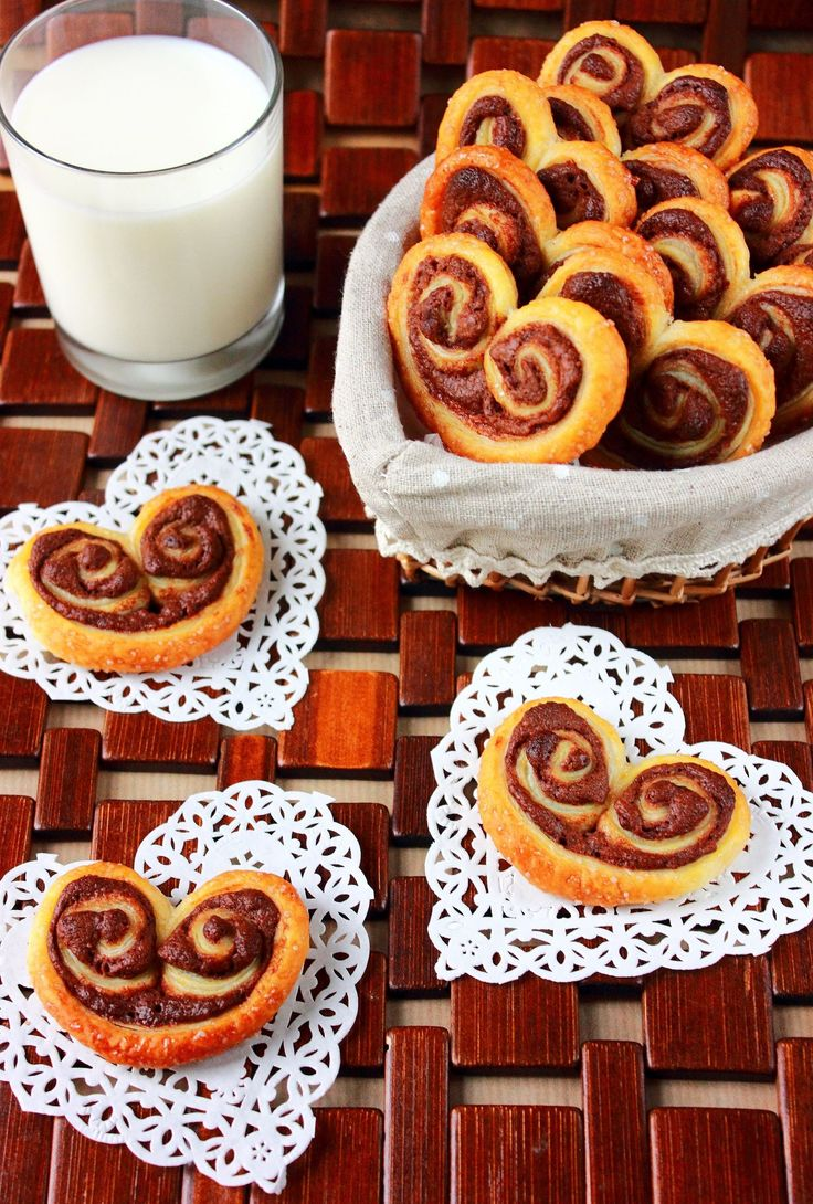 Palmier Nutella et Noix de Coco : 1 pâte feuilletée - Nutella – 15g de noix de coco en poudre : Four à 180°C. Dérouler la pâte et la recouvrir de Nutella. Rouler un côté la pâte jusqu'à son milieu, puis faire la même chose de l'autre côté. Mettre la pâte 30min au congélateur afin de faciliter la découpe des palmiers. Couper le rouleau en tronçons de 0,5 cm d'épaisseur environ et les déposer sur une plaque avec du papier sulfurisé. Enfourner 15min et à mi-cuisson, saupoudrez de noix de coco.
