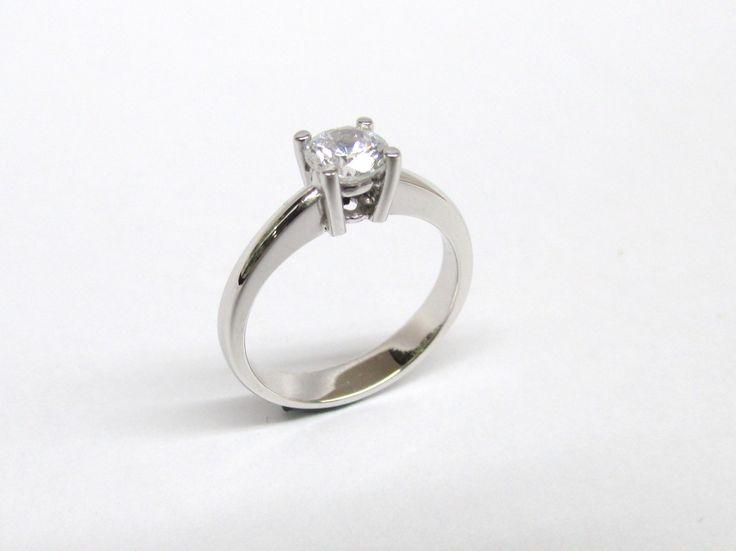 Hermoso anillo corte clásico en oro blanco de 18 k con diamante,  Ideal para mujeres clásicas y elegantes. R517 Joyas Marcel  Duran Joyeros, Bogotá.  #duranjoyerosbogota #joyasbogota #hermosasjoyas #renovamostujoyero #hechoamano #fabricaciondejoyas #oro #anillos  #argollas #anillosdecompromiso #compracolombiano #colombia #gold #handmade #jewelry #anillosdecompromiso #novias #matrimonio #esposos #boda #novio #wedding #husbands #felicidad #piedraspreciosas #diamante #piedrassemipreciosas…
