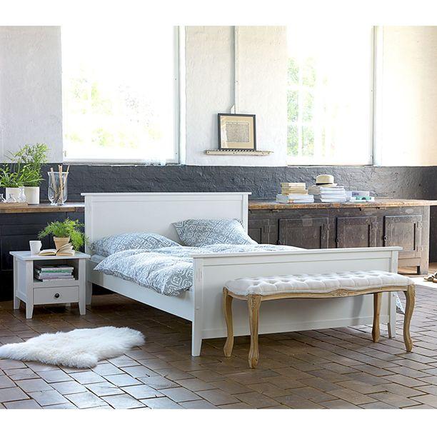Klassisk, vit sängram från AULUM med tillhörande nattduksbord. Bänk HADERSLEV.   www.jysk.se/aulum
